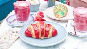 Des croissants roses dans un café du Plateau