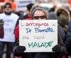 Des centaines de personnes ont marché samedi au centre-ville de Montréal pour réclamer la démission du ministre de la Santé, Gaétan Barrette.