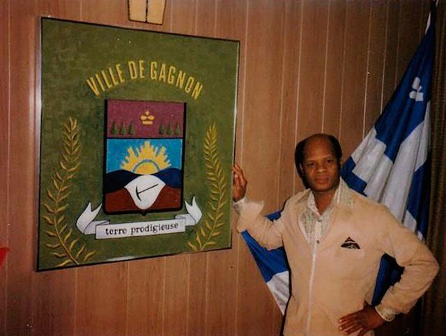 René Coicou en 1972, devant les armoiries de Gagnon. Il a été élu maire trois fois de suite entre 1973 et 1985.