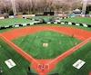 La mise en place de clôtures temporaires permet de diviser le grand terrain des Capitales de Québec en trois terrains plus petits qui peuvent accueillir les joueurs du baseball mineur.