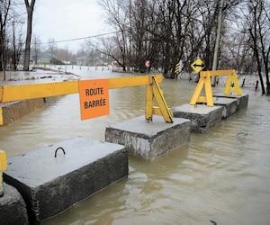 Des barrières ont été installées sur des blocs de béton afin de fermer à la circulation le chemin du Bas-de-la-Rivière à Rigaud, en Montérégie.