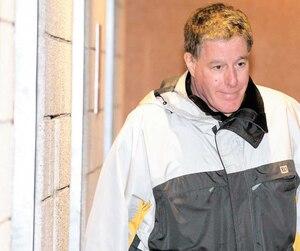 Le prêtre Brian Boucher est arrivé lundi au palais de justice vêtu de la même façon que sur cette photo prise en janvier, quand il a été déclaré coupable de crimes sexuels. Mais cette fois, il a été envoyé en prison.