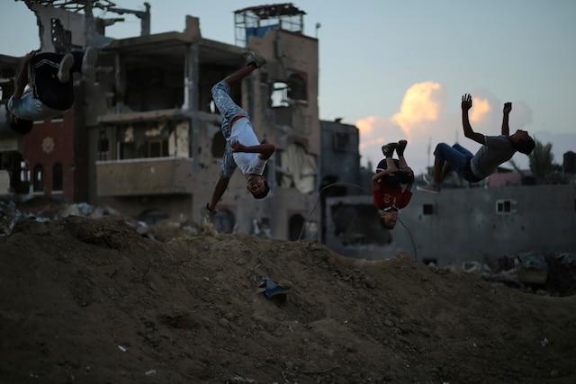 Des jeunes pratiquent le parkour dans les décombres d'un quartier de l'est de Gaza.