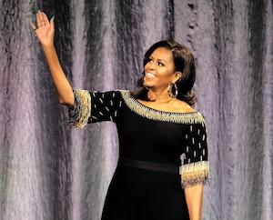 Michelle Obama saluant la foule lors d'une conférence donnée à l'amphithéâtre O2 de Londres, en avril dernier.