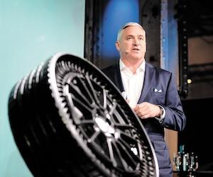 Michelin et General Motors ont présenté mardi au Sommet Movin'On, dans la métropole québécoise, le pneu sans air Uptis. Sur la photo : Steven Kiefer de General Motors.