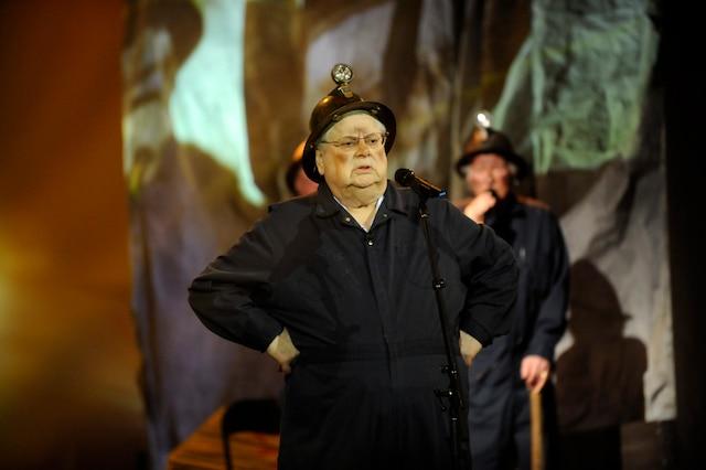 Réal Giguère chante Gros Jambon sur le plateau de Fidèles au poste à TVA (avec les choristes Éric Salvail, Gaston Lepage, Roger Giguère et Paolo Noël).