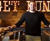 Après avoir débuté sa carrière de barman à 18 ans dans un salon de billard, Jean-René Lebel a travaillé à différents endroits avant de se retrouver chef mixologue des Shaker Cuisine & Mixologie.