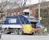 On voit ici un camion de S.E.R. (identifié aux couleurs de sa maison mère Enviro Connexions) qui faisait sa tournée à Verdun il y a deux semaines.