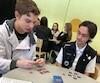 Francis Maltais, 15 ans et Yanick Meas-Bureau, 17 ans, estiment avoir appris sur leur utilisation des réseaux sociaux en jouant au jeu Rézo.