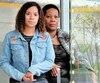 Brittany Savage et sa mère, Laverne John, dans la cabine d'autobus où la jeune femme, qui a maintenantun appareil à la jambe et un bras paralysé, s'est évanouie en 2016, avant de subir un AVC.