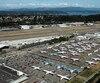 Même si les 737 MAX sont cloués au sol depuis mars, Boeing continue de les produire, de sorte qu'ils s'accumulent aux abords des installations de l'avionneur. À Seattle, les aéronefs ont même envahi une bonne partie du stationnement des employés.