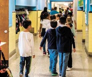 Pour rénover, agrandir et construire des écoles, le gouvernement Legault prévoit que le réseau scolaire pourra engager 6,1milliards$ à partir de l'an prochain. Sur la photo, des élèves d'une école montréalaise en 2017.