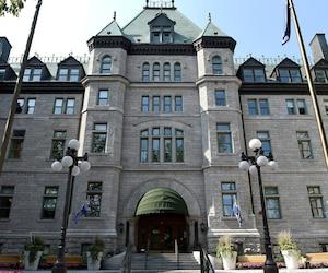 De nombreux employés, mûrs pour la retraite, quitteront l'hôtel de ville de Québec et les autres édifices municipaux dans les cinq prochaines années. La Ville anticipe le départ de 1047 employés permanents.