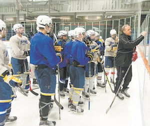 Daniel Marois, qui a passé la plus grande partie de sa carrière dans la LNH avec les Maple Leafs de Toronto, est l'entraîneur des Dragons du collège Sainte-Anne dans la LHPS.