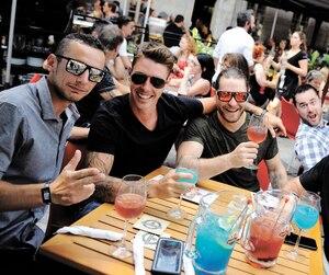 Ces jeunes hommes profitaient d'une journée toute désignée pour siroter un cocktail sur une terrasse.