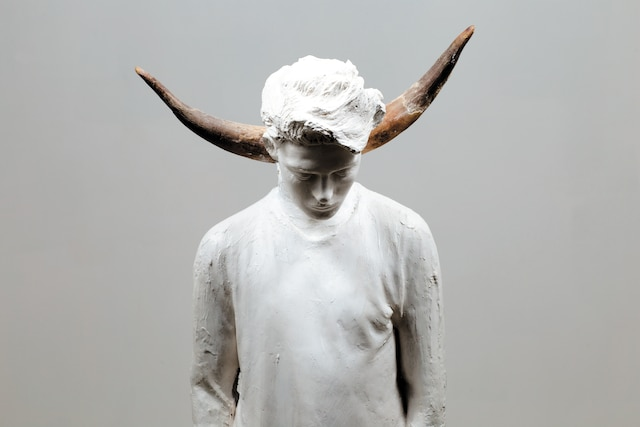 <i>Mon mammifère préféré (deux cornes de bovin)</i>, 2017-18</br> Plâtre, cornes de bovin</br> 140 x 48 x 31cm</br> Pour ses sculptures de plâtre, l'artiste a réutilisé le moulage d'une statue représentant l'un de ses fils.