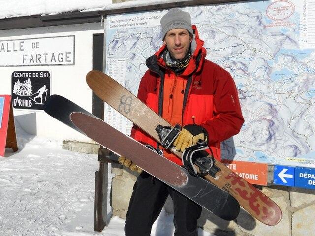 Courts et larges, les skis-raquettes sont dotés d'une fixation adaptable à toutes les bottes et d'une peau synthétique adhérente sous la semelle, comme nous le montre Marc-André Lebuis.