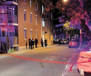Des policiers épiaient la scène, vendredi, tandis que d'autres étaient aux trousses du fuyard.
