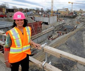 Le Conseil du trésor a constaté que le CHU de Québec, alors qu'il était dirigé par Gertrude Bourdon, a fractionné des contrats pour en faciliter l'octroi à une entreprise. Mme Bourdon est photographiée ici devant le chantier du CHU en mai dernier.
