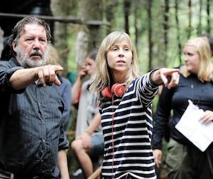 Rémy Girard et Louise Archambault dans la forêt Montmorency, dans la réserve faunique des Laurentides, pour le tournage du film <i>Il pleuvait des oiseaux</i>.