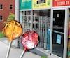 À la boutique d'accessoires pour fumeurs N'importe quoi, située sur la rue King à Sherbrooke, notre Bureau d'enquête a trouvé en vente des friandises au pot interdites par la loi, comme des sucettes et des jujubes.