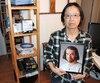 La maison de Yuk Mei Chan est sens dessus dessous depuis la mort de son mari. La femme a fouillé partout pour retrouver les objets disparus.