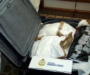 Les deux Québécoises arrêtées Isabelle Lagacé et Mélina Roberge sont de grandes amies. Près de 35 kg de cocaïne ont été retrouvés dans leur cabine, cachés dans des valises. Elles n'auraient pourtant aucun antécédent judiciaire.
