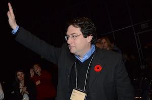 Bernard Drainville se désiste de la course à la chefferie, mais sauve sa peau politique au Parti québécois en se ralliant au meneur.