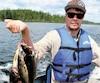 Ce jeune pêcheur exhibe fièrement les dorés capturés lors d'un séjour dans la réserve Ashuapmushuan.