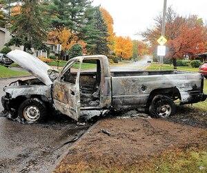 La résidence (<i>en mortaise</i>) de Saint-Jérôme de la douanière maintenant retraitée Michèle Jarry a subi un incendie criminel en octobre 2014. Normand Dubé est accusé d'avoir causé le feu qui a également ravagé un pick-up.