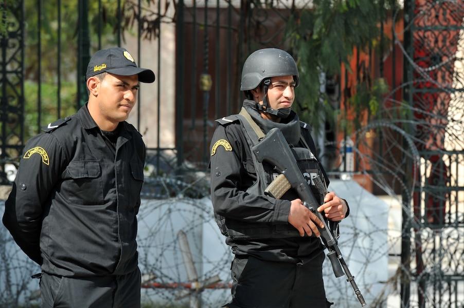 Des policiers montent la garde l 39 ext rieur du mus e for Porno en exterieur