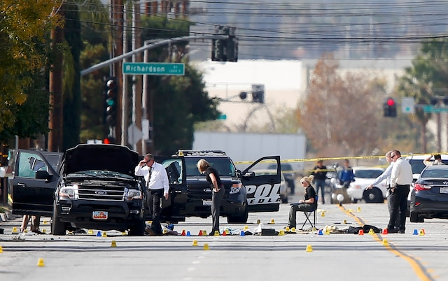 Les policiers inspectaient la voiture des tireurs ainsi que l'endroit où le couple a été abattu.