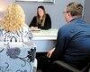 L'avocate Sonia Keegan pose dans son bureau, en compagnie de sa cliente Pauline Allard (de dos, à gauche) et du conjoint de celle-ci, Pierre Gagnon. Ceux-ci préféraient que leurs visages ne soient pas diffusés dans les médias.