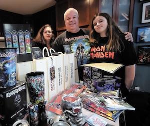 Entourésde souvenirs, Michel Nadeau, sa femme et leur fille sont des fans sans compromis d'Iron Maiden.