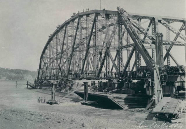 La travée centrale du deuxième pont de Québec, celle qui tombera, à son chantier de construction à Sillery en septembre 1916.