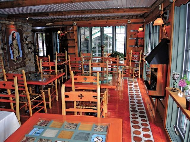 La salle à manger très lumineuse comprend 14 places.