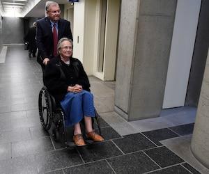 Lise Thibault avait jusqu'à la mi-août pour rembourser 300 000 $ aux gouvernements. Selon son conjoint Réal Cloutier (derrière) les chèques ont été reçus hier.