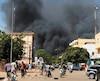 Des habitants de Ouagadougou, capitale du Burkina Faso, ont fui le centre-ville en panique hier après un double attentat meurtrier. Un grand panache de fumée noire s'est élevé au-dessus de la cité après l'explosion d'une voiture piégée.