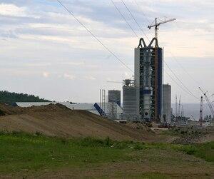 Un millier de travailleurs sont à pied d'œuvre pour construire la gigantesque cimenterie située à une trentaine de kilomètres de Chandler, où se situent les reliques du cauchemar de la Gaspésia.