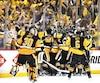 Les joueurs des Penguins jubilent après le but victorieux de Chris Kunitz marqué à la deuxième période de prolongation.