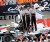 Fernando Alonson célèbre sa victoire au 24 Heures du Mans en compagnie de ses coéquipiers Kazuki Nakajima et Sebastien Buemi.