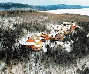 L'hôtel Sacacomie surplombe le lac du même nom.