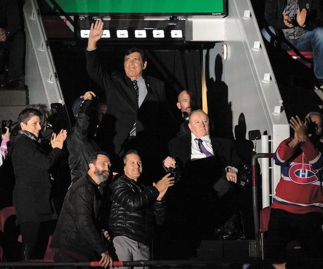 Présenté en compagnie de Serge Savard avant la rencontre, Jacques Demers a reçu une belle ovation des partisans du Canadien présents au Centre Bell.