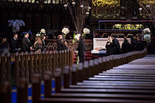 Des centaines de personnes ont pu rendre un dernier hommage à René Angélil, jeudi, en défilant devant la dépouille du célèbre impresario et mari de Céline Dion, qui était exposée en chapelle ardente à la basilique Notre-Dame, dans le Vieux-Montréal, le 21 janvier 2015.