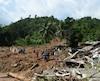 Des secouristes tentent de trouver des survivants après un glissement de terrain qui a partiellement rasé le village de Athweltota.