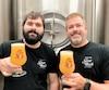 Julien Savoie, brasseur, et Martin Guimond, proprio du Saint-Bock à Montréal, avec un verre de la bière évolutive La Miraculeuse.