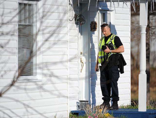 Un homme est abattu à St-Félicien par les policiers de la SQ dimanche le 6 Mai 2012 près de Quebec. Une enquête de la police de la ville de Quebec est en cours.