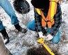 Les citoyens chasseurs de puits ont dû creuser pour retrouver la majorité des puits d'hydrocarbures abandonnés. Plus d'une fois, leurs trous se sont remplis d'eau bouillonnante degaz.