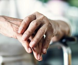 aînée personne âgée femme mains bloc