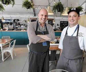 Le directeur culinaire du Château Frontenac, Frédéric Cyr, et son acolyte Maxime Albert se préparaient, hier matin, à recevoir les artistes qui défileront sur les Plaines.